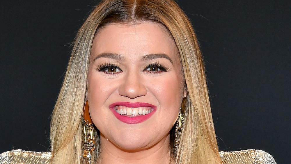 Kelly Clarkson posando
