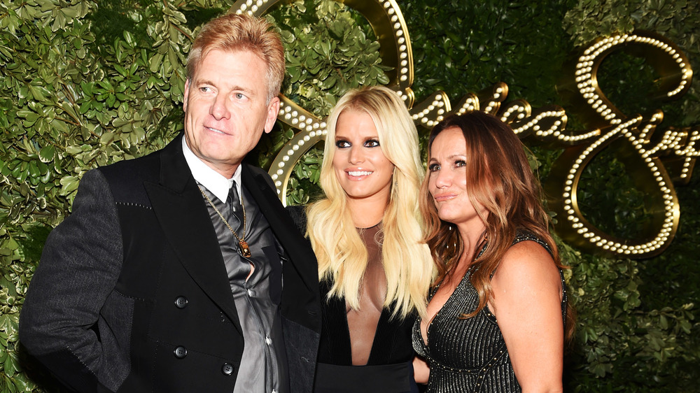 Joe Simpson, Jessica Simpson y Tina Ann Drew posan para una foto