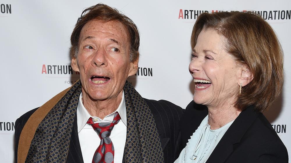 Jessica Walter y Ron Leibman riendo en un evento de alfombra roja