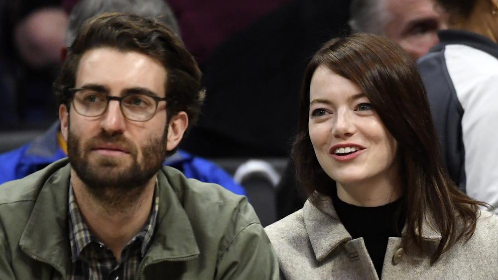 Emma Stone y Dave McCary sonriendo
