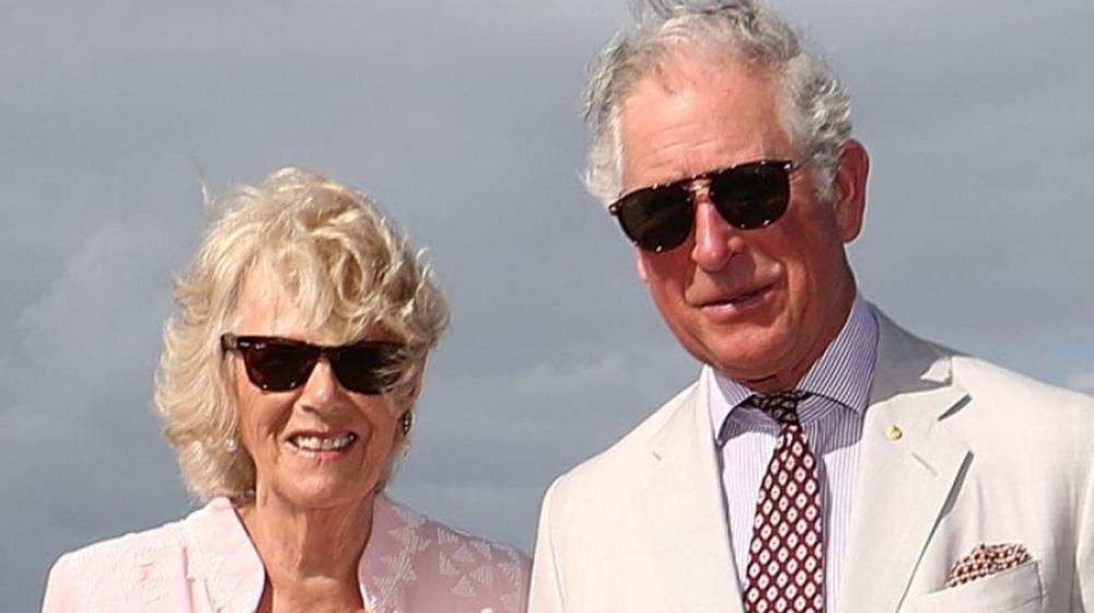 El Príncipe Carlos, Príncipe de Gales y Camilla, Duquesa de Cornualles caminan por Broadbeach el 5 de abril de 2018