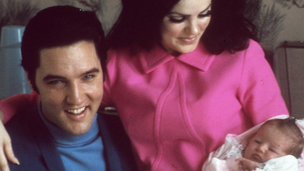 Elvis y Priscilla Presley con la bebé Lisa Marie