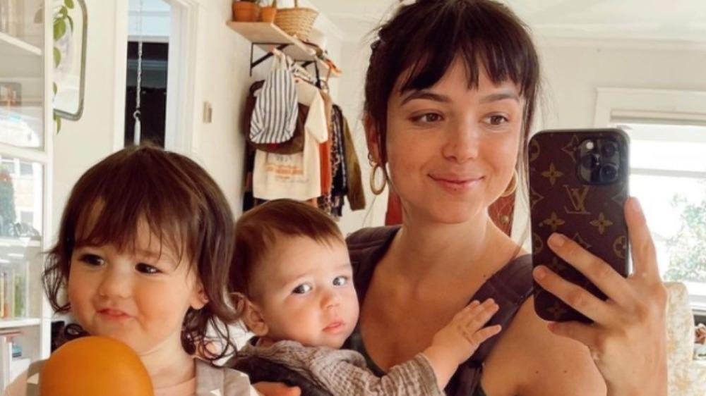 Bekah Martinez posa para una selfie con su hija y su hijo