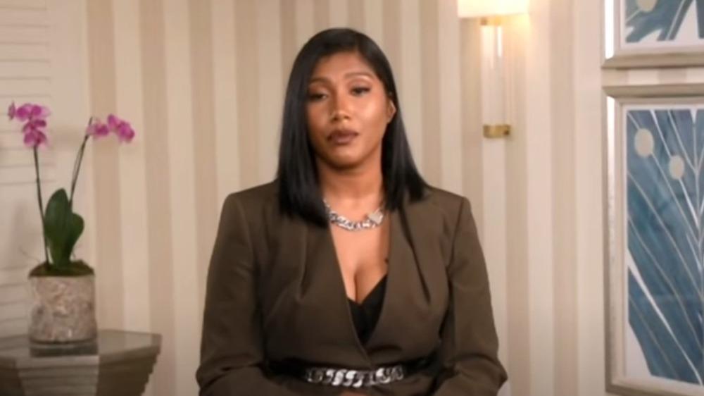 Taylor Simone Ledward hablando en NAACP Image Awards