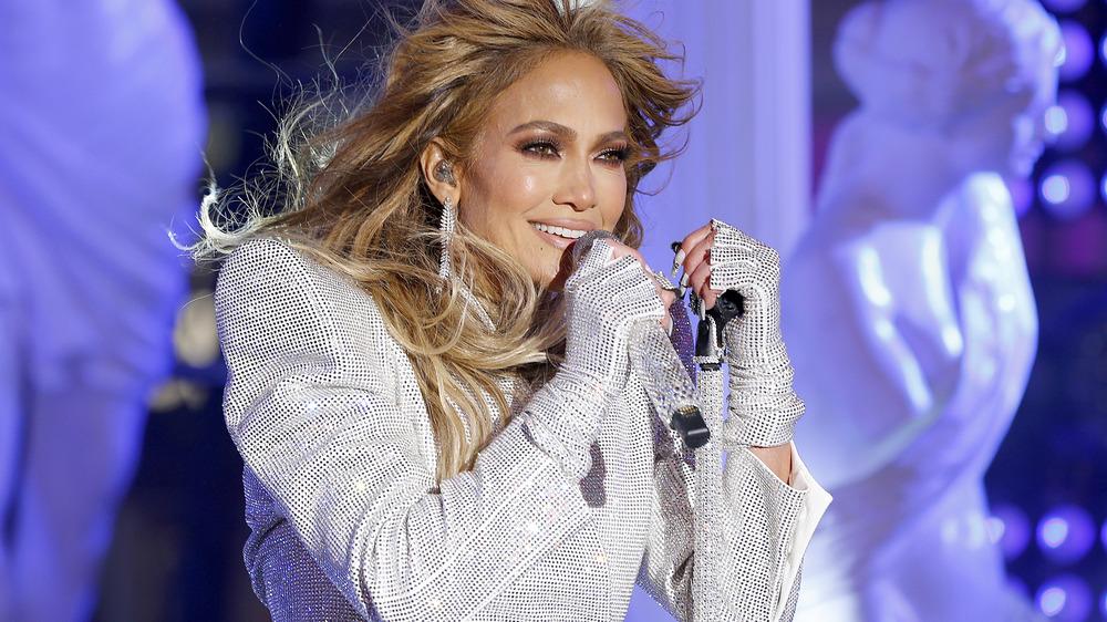 Jennifer Lopez actuando en el escenario