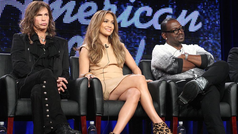 Jennifer Lopez sentada entre Steven Tyler y Randy Jackson