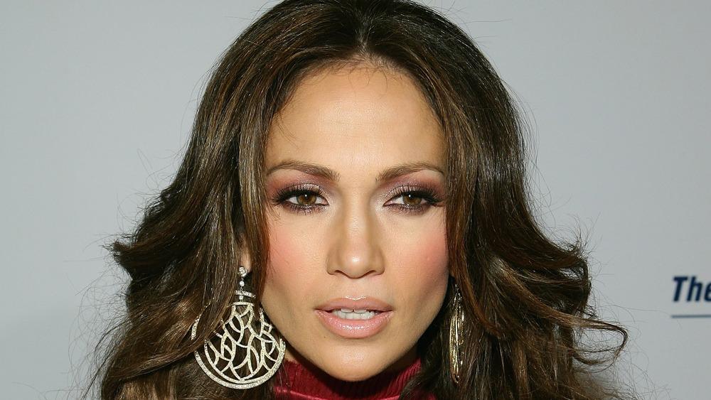 Jennifer Lopez mirando a su izquierda