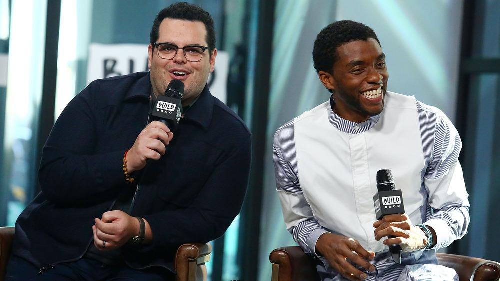 Josh Gad y Chadwick Boseman sonriendo durante la entrevista