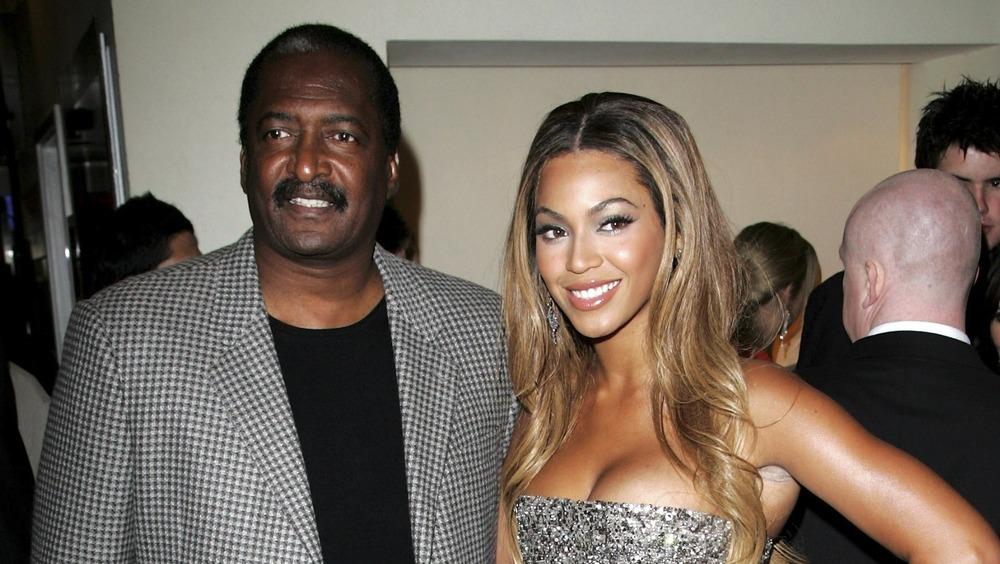 Beyoncé posa con su padre, Mathew Knowles.