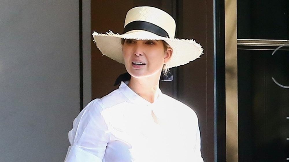 Ivanka Trump con sombrero de paja frente a su complejo de condominios en Miami