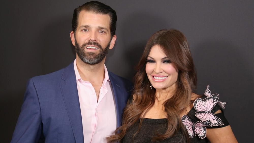 Donald Trump Jr. y Kimberly Guilfoyle sonriendo