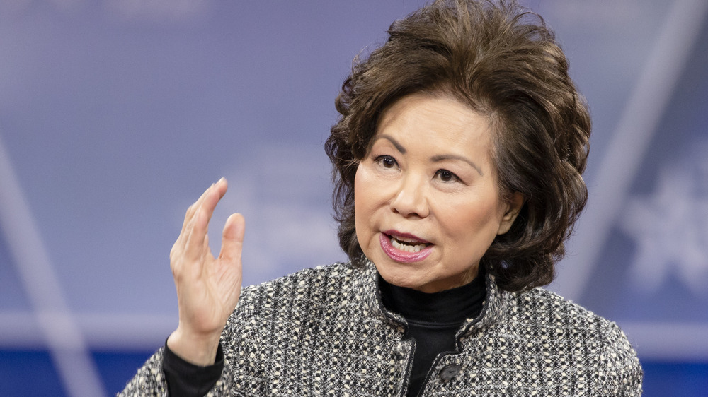 Elaine Chow hablando y agitando su mano en el aire