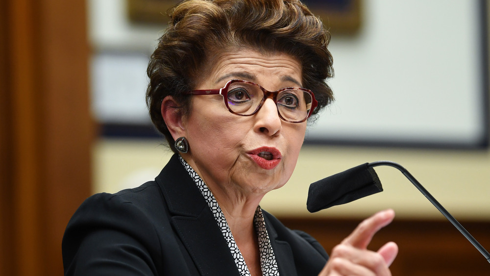 Jovita Carranza hablando por un micrófono