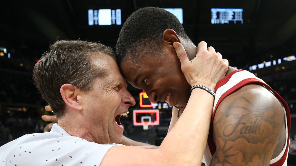 Eric Musselman abrazando a su jugador de baloncesto