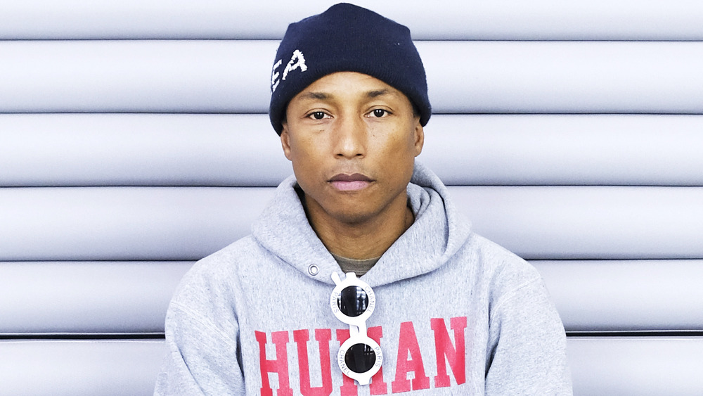Pharrell Williams sentado y mirando a la cámara