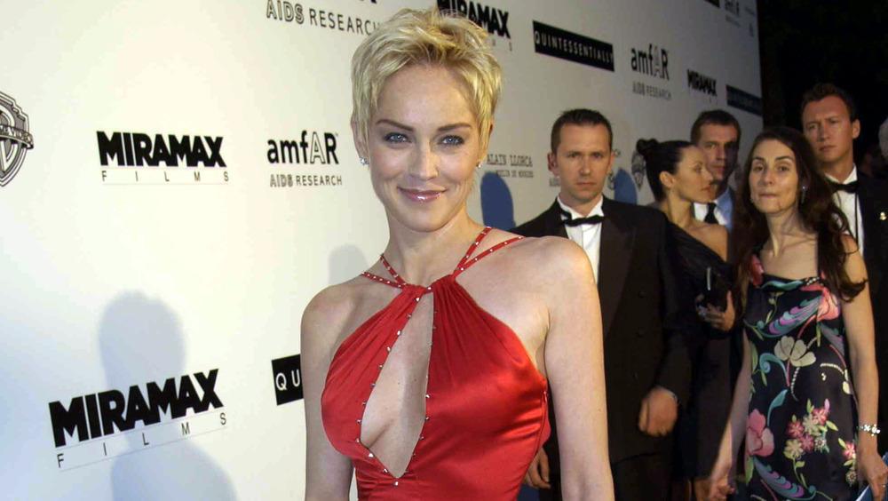 Sharon Stone posando en la alfombra roja