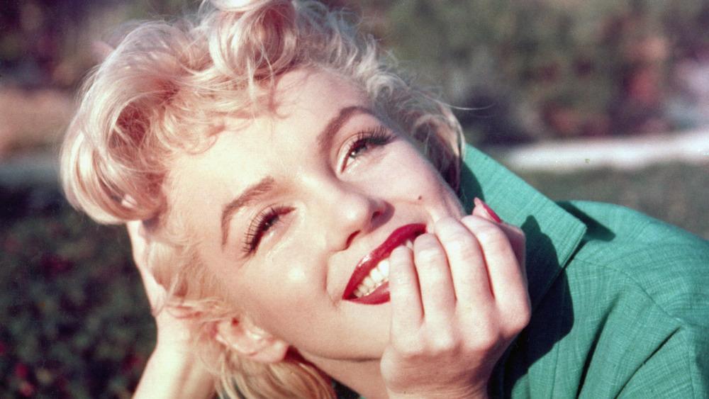 Marilyn Monroe con la mano en la barbilla