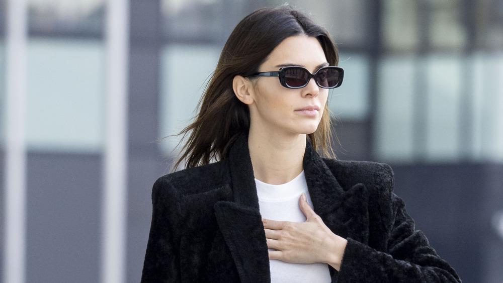 Kendall Jenner camina calle Milán