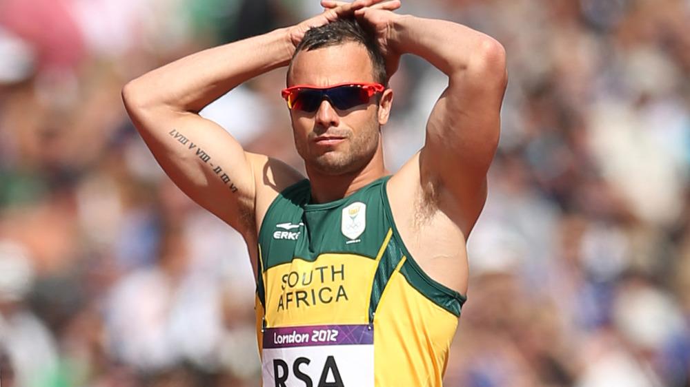 Oscar Pistorius descansando sus manos sobre su cabeza