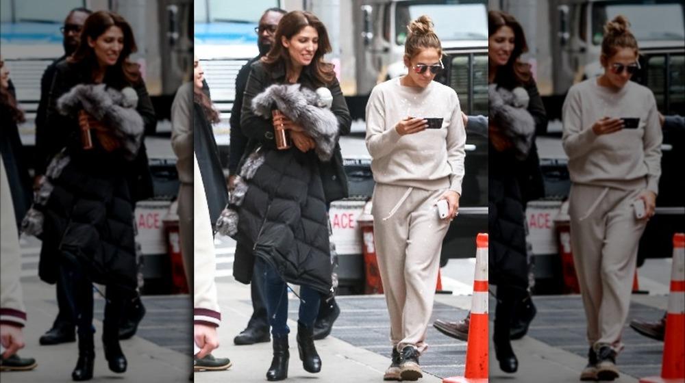 Lynda y Jennifer Lopez caminando