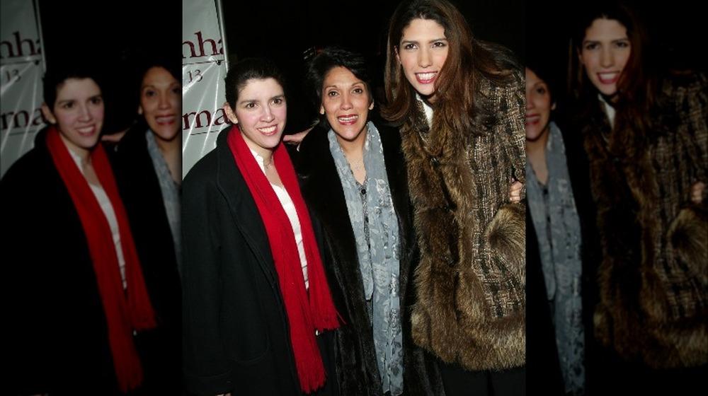 Leslie Lopez, mamá Lupe y su hermana Lynda sonríen en 2002