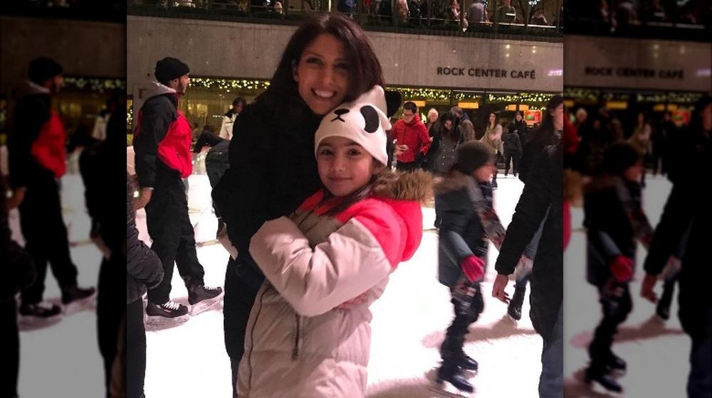 Lynda Lopez y su hija Lucie Wren Lopez-Goldfried patinaje sobre hielo
