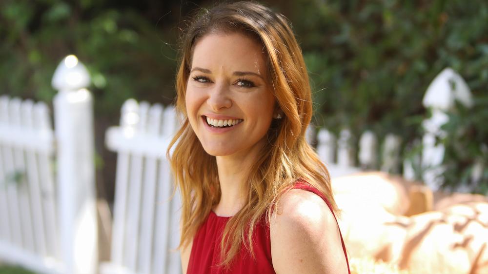Sarah Drew sonriendo