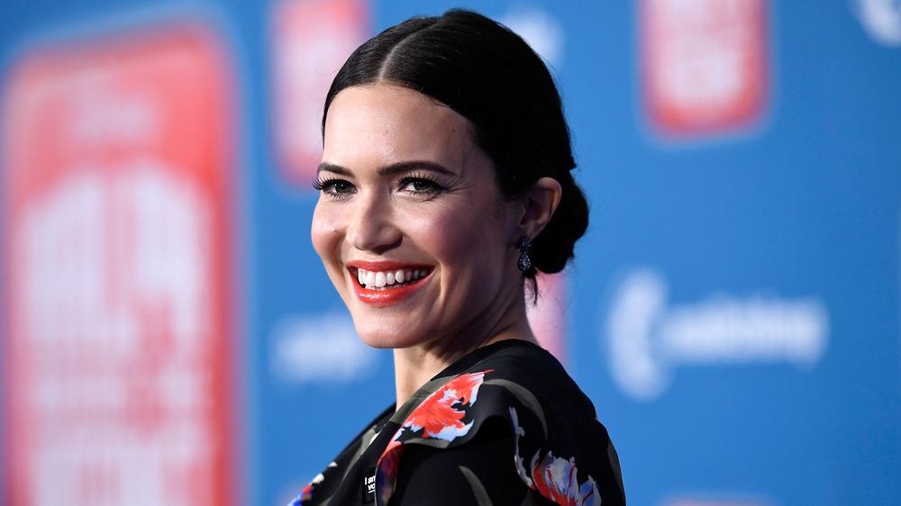 Mandy Moore sonriendo
