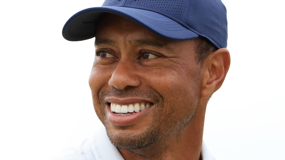 Tiger Woods sonríe en un campo de golf