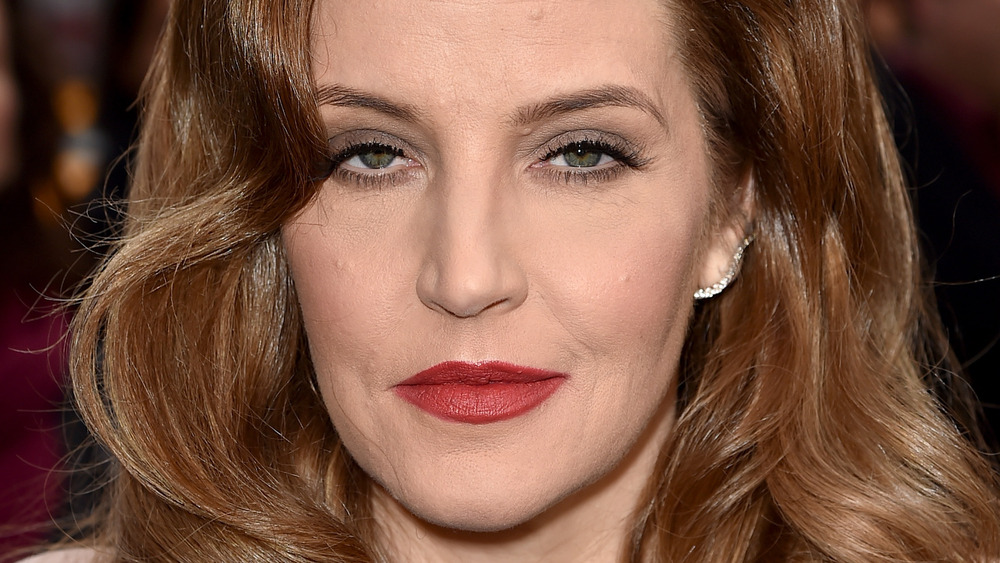 Lisa Marie Presley posa con lápiz labial rojo