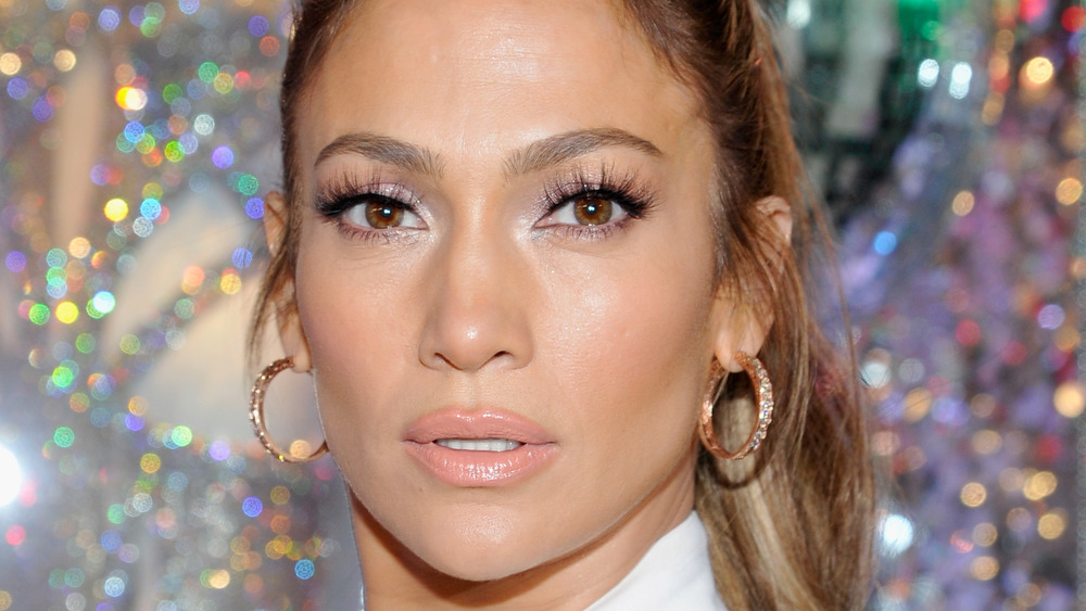 Jennifer Lopez con expresión neutra