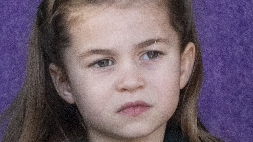 La princesa Charlotte se ve seria