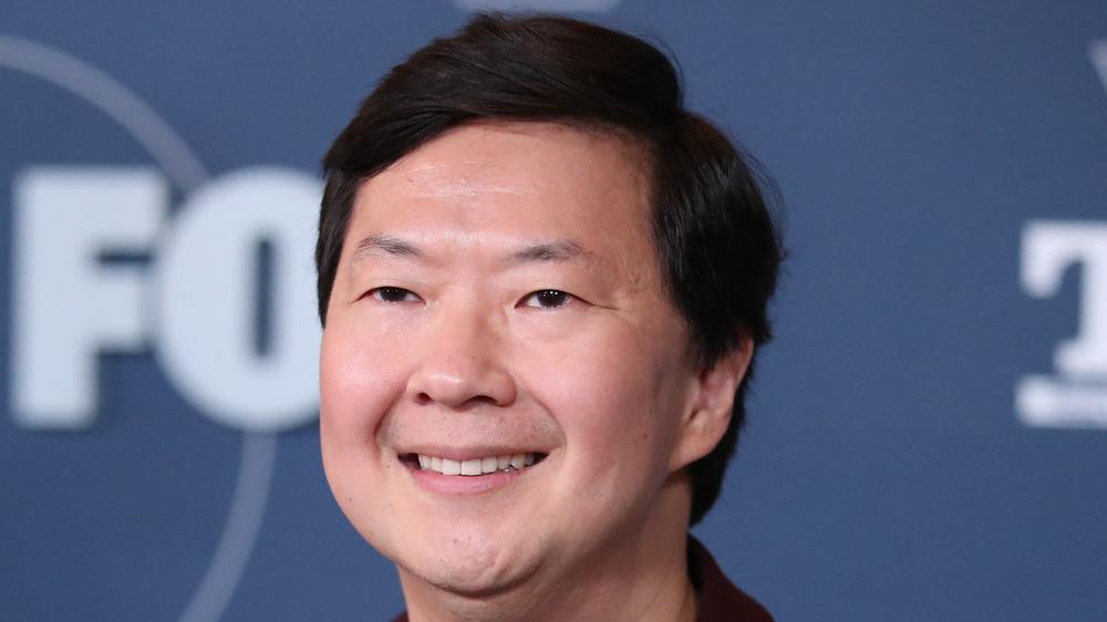 Ken Jeong sonriendo en la alfombra roja