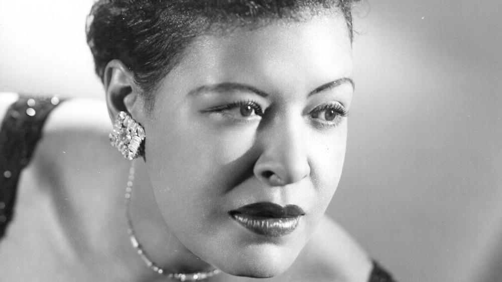 Billie Holiday mirando a otro lado
