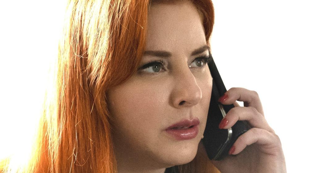 Diane Neal al teléfono en Circle of Deception