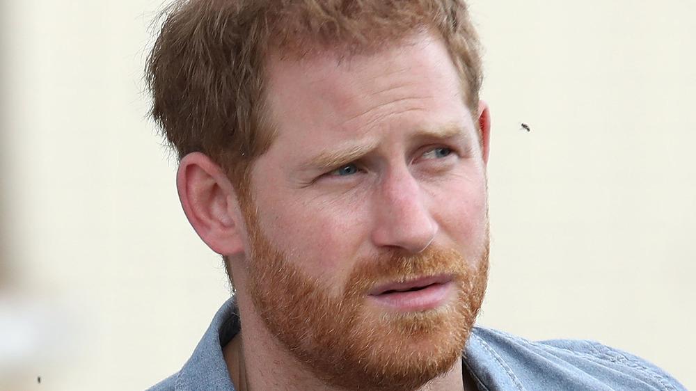 Príncipe Harry con una expresión seria.