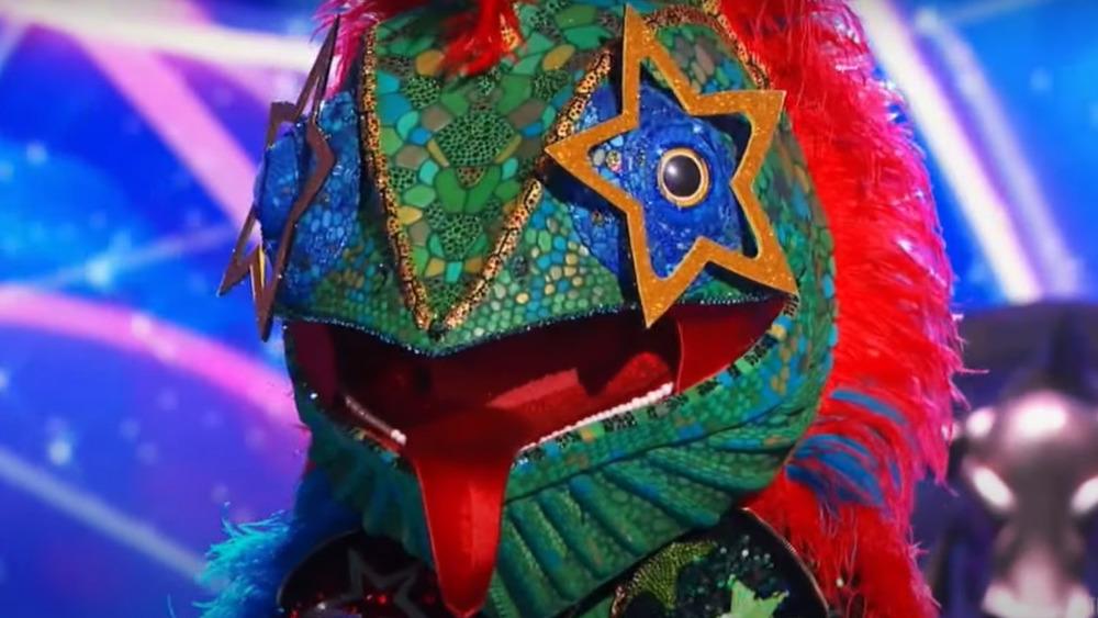 El camaleón del cantante enmascarado en el escenario durante la competencia
