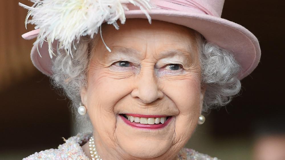 La reina Isabel II sonriendo