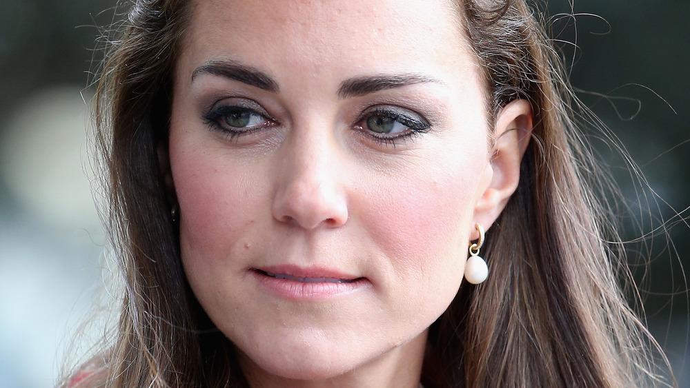 Kate Middleton mirando