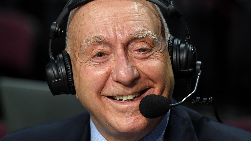 Locutor de ESPN Dick Vitale sonriendo, usando un auricular de transmisión