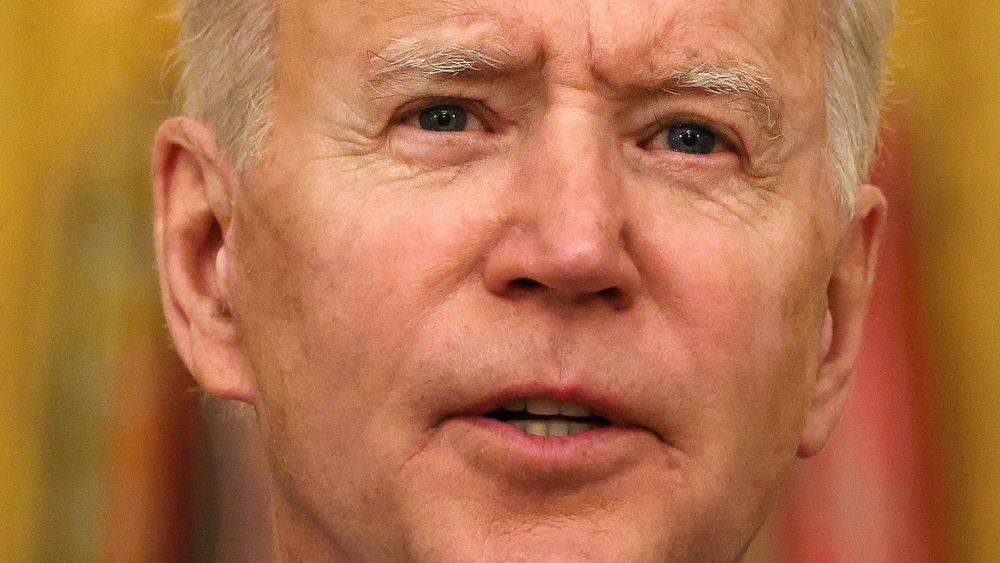 El presidente Joe Biden se ve serio