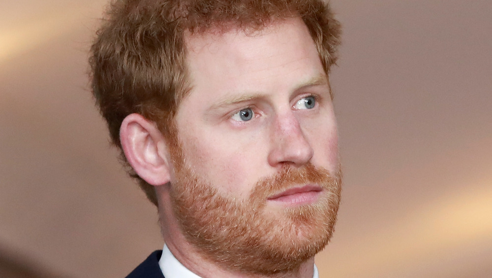 El príncipe Harry mirando a lo lejos