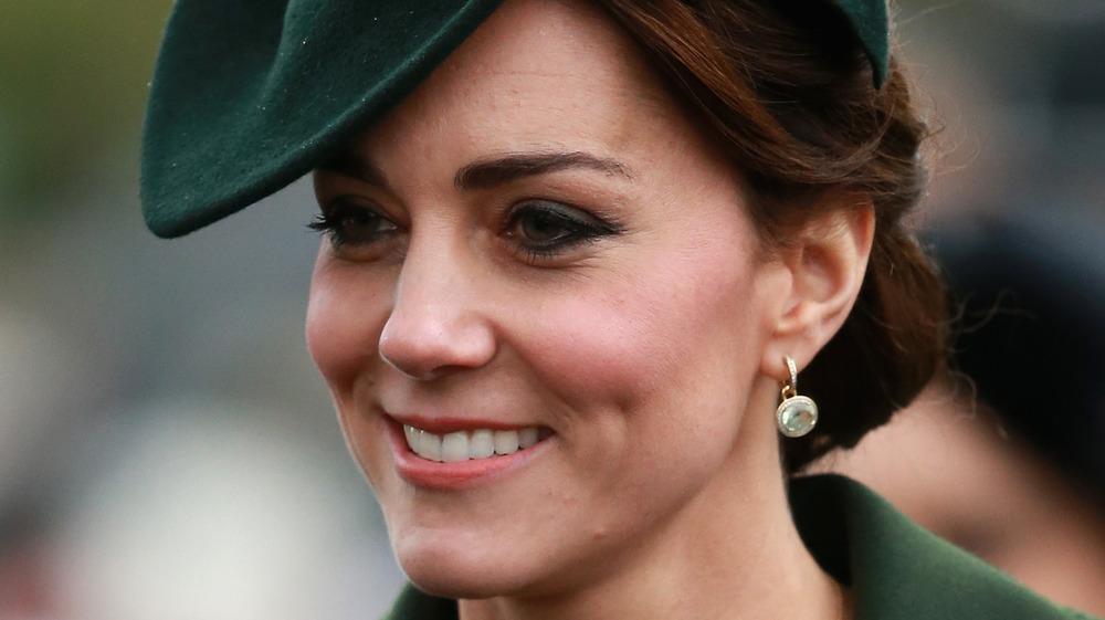 Kate Middleton sonriendo en verde