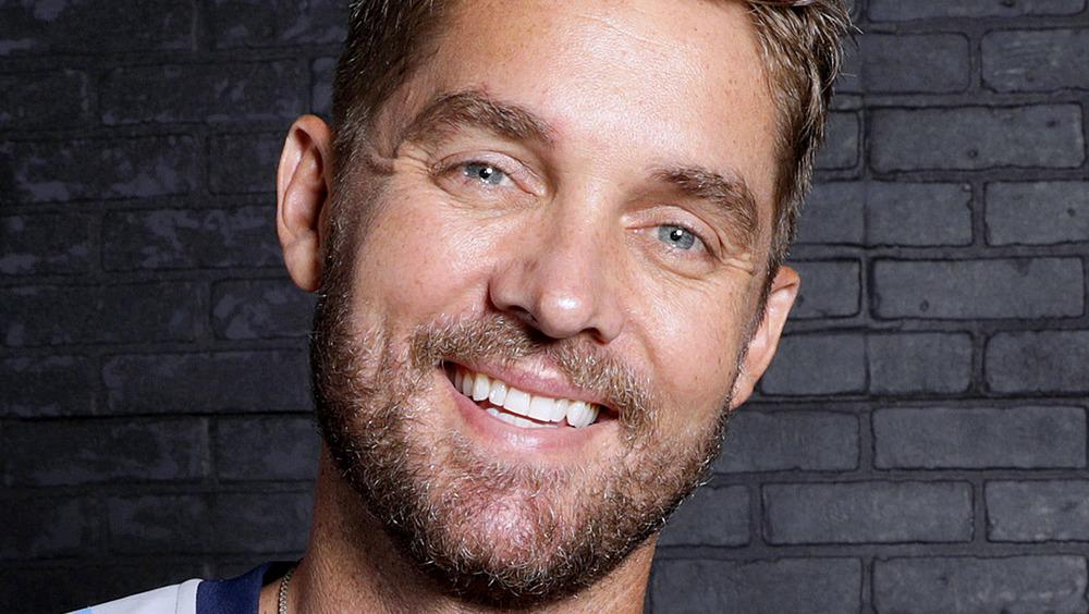 Brett Young sonriendo para la cámara