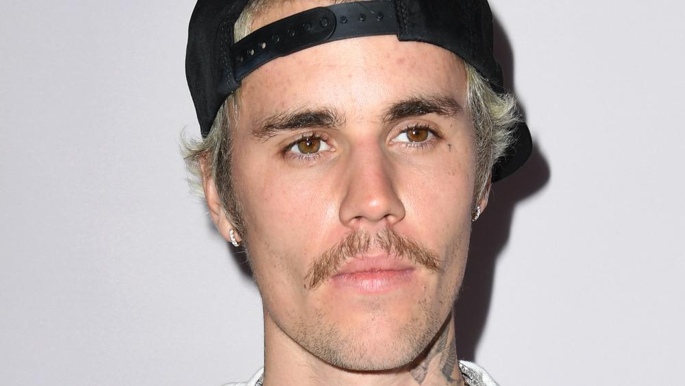 Gorra y bigote al revés de Bieber