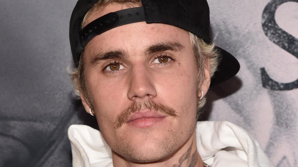 Justin Bieber posando en un evento