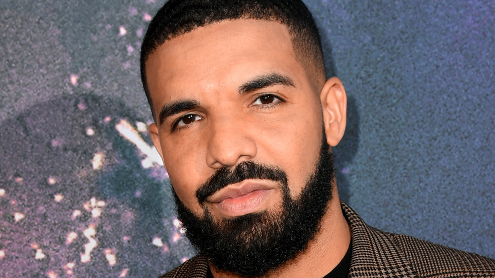 Drake mirando a la cámara
