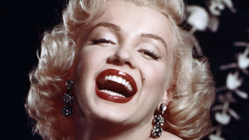 Marilyn Monroe sonriendo con la boca abierta