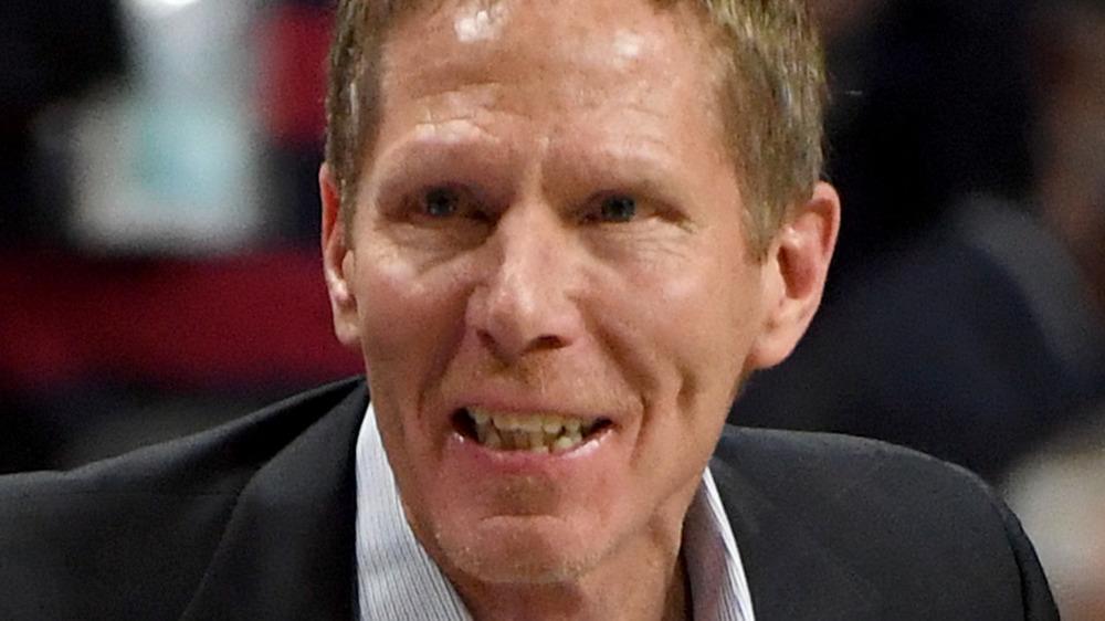 Mark Few sonríe a los jugadores