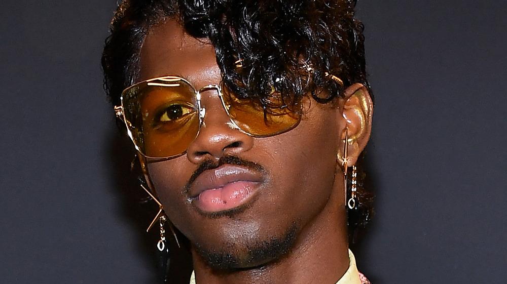 Lil Nas X posando con gafas de sol